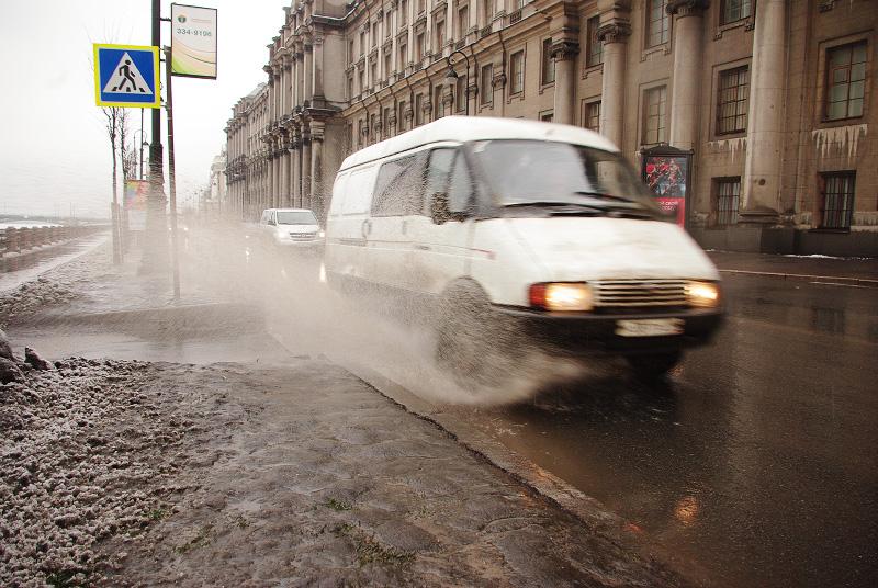 Брызги воды из-под колес фото