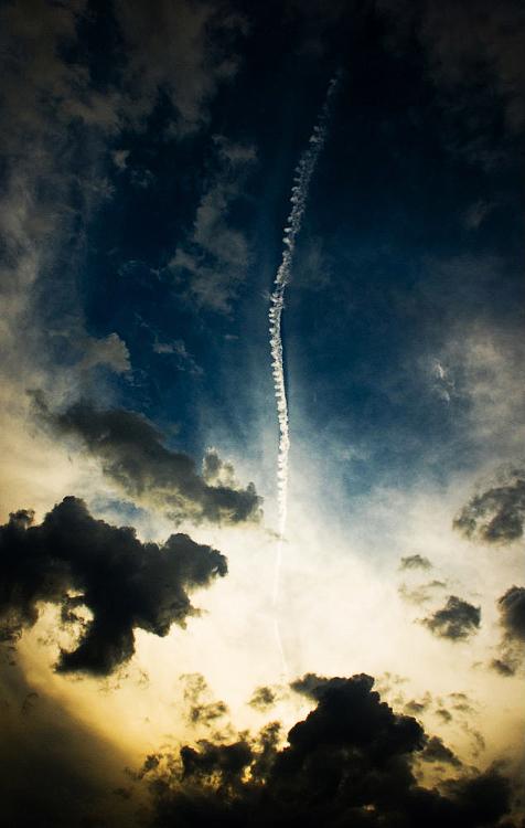 след от самолета в небе
